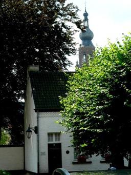 toren_vanuit_begijnhof_384x512