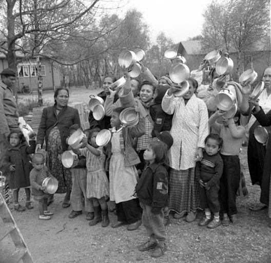 Omstreeks 1958 protesteerden Molukkers, toen meestal aangeduid met 'Ambonnezen'  in een 'opvangkamp' in de gemeente Ooststellingwerf (Friesland) tegen hun behandeling door de Nederlandse regering. Uiteindelijk zou hun strijd om een staat, onafhankelijk van Indonesië, in de jaren zeventig uitdraaien op twee treinkapingen, waarvan één (De Punt) met dodelijke afloop voor (sommige)  gijzelaars en gijzelnemers. Bij het protest in Oosterwolde maakte ik deze foto, maar hij is wel door een fotograaf van De Telegraaf geënsceneerd. Ik weet niet meer of ik de foto ook daadwerkelijk heb gebruikt, of dat wij een 'reguliere demonstratiefoto' gebruikten.