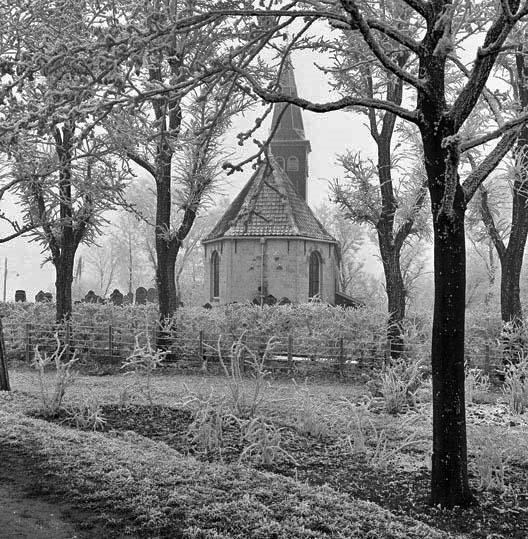 In januari 1956 (de Elfstedenwinter) reed ik met mijn goede collega Arend Wijnsma van het Friesch Dagblad, later voorlichter van de provincie Friesland en te jong overleden, door de Zuidwesthoek van Friesland en stopten we voor deze foto in Ferwoude. Op dat moment werd ik verliefd op Friesland.