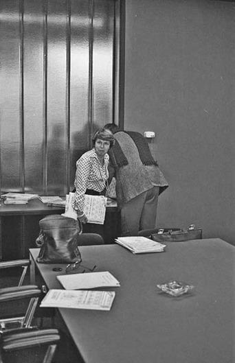 Persvoorlichter Bientje Koene van de Provincie Noord-Brabant in de perskamer van het provinciehuis