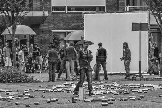 opnamen voor de nieuwe film van de new kids: 'nitro'. het pleintje waar wekelijks de markt wordt gehouden, ligt bezaaid met schultenbräu-blikjes.